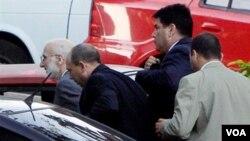 Alan Gross (kiri) saat menghadiri persidangannya di Havana pekan lalu (6/3).
