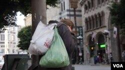 洛杉矶的无家可归者是打击芬太尼的宣导对象(美国之音国符拍摄)