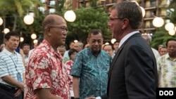 2016年9月29日美国国防部长卡特在夏威夷会见菲律宾国防部长洛伦扎纳 (美国国防部照片)