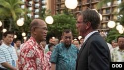 美国国防部长卡特2016年9月29日在夏威夷会见菲律宾国防部长洛伦扎纳 (美国国防部照片)