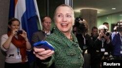 بیش از دو سال است که خانم کلینتون بخاطر استفاده از ایمیل شخصی مورد انتقاد است.