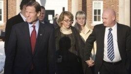 La ex congresista Gabrielle Giffords y su esposo Mark Kelly se unen con fuerza por el control de armas. El 4 de enero visitaron a los padres de las víctimas del tiroteo en una escuela en Newtown, Connecticut.