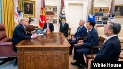 도널드 트럼프 미국 대통령이 13일 백악관 집무실에서 신동빈 롯데그룹 회장을 면담했다.