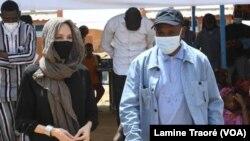 Alpha Barry, ministre des Affaires étrangères et Angelina Jolie, Envoyée spéciale du haut-commissaire pour les réfugiés, Dori le 20 juin 2021 (VOA/Lamine Traoré)