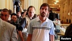 Phóng viên James Foley (phải) sau khi được chính phủ Libya phóng thích, tại khách sạn Rixos ở Tripoli, 18/5/2011.