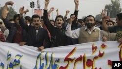 Xwenîşanderên Pakîstanî sloganên li dijî NATO û Amerîkayê bilind dikin. Lahot, Mijdar, 2011