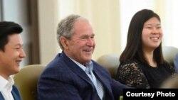 조지 W. 부시 미국 대통령이 21일 부시 센터에서 북한 탈북자들과 만났다. 부시 대통령 왼쪽으로 조셉김, 오른쪽으로는 데비 김. 출처: 부시 센터.