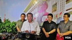 Jaksa Agung HM Prasetyo memberikan keterangan soal deponering kasus Abraham Saham dan Bambang Widjojanto di gedung Kejaksaan Agung, Jakarta, Kamis 3 Maret 2016 (VOA/Andylala).