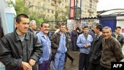 Տաջիկստանից Ռուսաստան ժամանած աշխատանքային միգրանտներ (արխիվային լուսանկար)