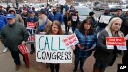 Para pegawai pemerintah AS melakukan unjuk rasa di Ogden, Utah menuntut agar shutdown segera diakhiri.
