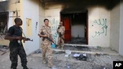 지난 2012년 9월 습격당한 리비아 벵가지 미 영사관을 리비아 군이 수색하고 있다. (자료사진)