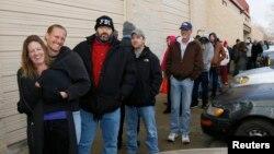 科羅拉多州今年1月1日允許合法銷售供休閒用的大麻,當地市民排隊購買。