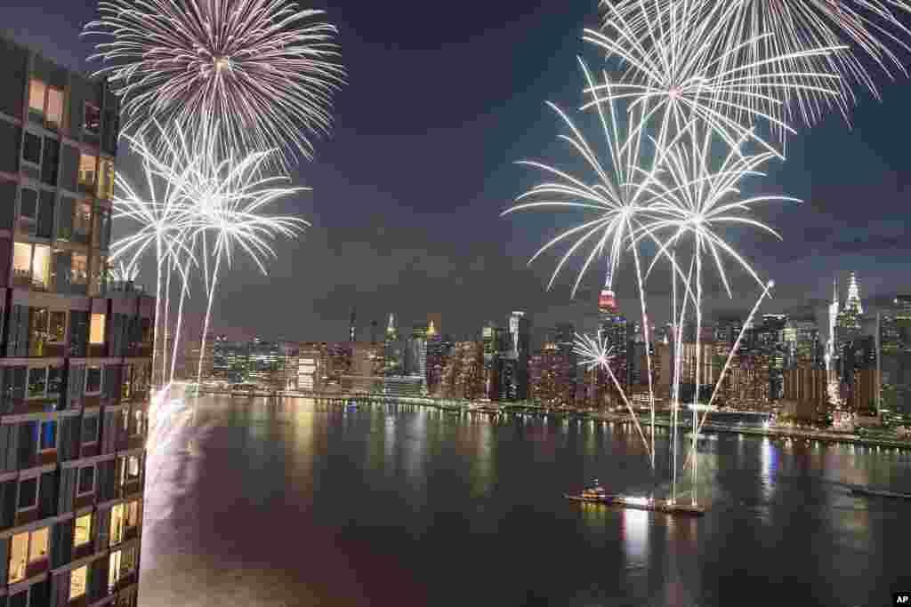 Avèk yon imaj New York City nan background, fe datifis yo kreye yon bèl ekspetak nan syèl la jou selebrasyon anivèsè endepandans peyi Etazini. 4 jiyè 2017.