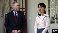 Thượng nghị sĩ Hoa Kỳ Mitch McConnell (trái) và lãnh tụ đấu tranh cho dân chủ Miến Điện Aung San Suu Kyi dự buổi họp báo sau cuộc hội đàm tại tư gia của bà ở Rangoon hôm 16/1/12