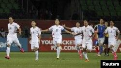 지난해 10월 칠레에서 열린 U-17 월드컵에서 북한 선수들이 코스트리카와의 경기에서 승리한 후 기뻐하고 있다. (자료사진)
