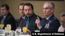 Пол Селва на встрече организации Defense Writers Group