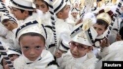 پسربچه ها با لباس سنتی در مراسم جشن یک روز قبل از ختنه شدن. استانبول ۸ ژوئیه ۲۰۱۱