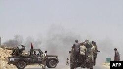 Ливийские повстанцы вьезжают в город Кавалиш, отбитый у войск Муаммара Каддафи. 6 июля 2011 года