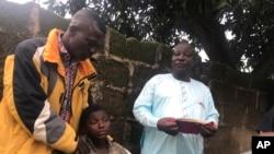 Des parents retrouvent des élèves libérés de l'école secondaire baptiste Bethel à Damishi, au Nigeria, le dimanche 25 juillet 2021.