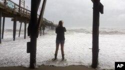 El jueves María se encontraba a 440 kilómetros de Carolina del Norte y se alejaba luego de azotar principalmente al vulnerable archipiélago de los Outer Banks, con olas y aguas crecidas desde ambos lados de las islas.