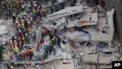 امدادی کارکن زلزلے میں تباہ ہونے والی عمارتوں کے ملبے میں زندہ بچ جانے والوں کو تلاش کر رہے ہیں۔ 20 ستمبر 2017