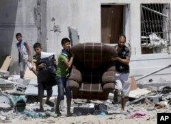 Cư dân quay trở về nhà để lấy các vật dụng cần thiết.