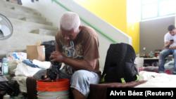 Un hombre lava la ropa en una escuela, que se convirtió en refugio, luego perder su hogar tras el paso del huracán María en septiembre. Puerto Rico el 20 de noviembre de 2017.