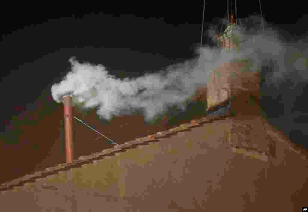 Белый дым над Сикстинской капеллой означает, что конклав пришел к согласию: избран новый понтифик