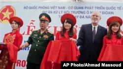Dubes AS untuk Vietnam David Shear (kedua dari kanan) dan Wakil Menteri Pertahanan Vietnam Nguyen Chi Vinh dalam upacara pembersihan karbon dioksin (9/8)