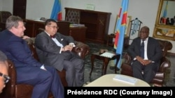 Le président Félix Tshisekedi, à droite, reçoit, l'Envoyé spécial américain pour les Grands, John Peter Phan, au centre, et l'ambassadeur américian, Mike Hammer, à Kinshasa, RDC, 22 février 2019. (Présidence RDC)