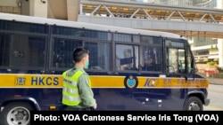 香港律政司覆核得直,民主派初選47人案被告之一,元朗區議員伍健偉保釋申請被撤銷,需要繼續還柙,散庭後由囚車押送回收押所 (攝影:美國之音湯惠芸)