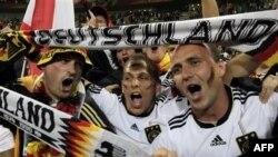 Cổ động viên Ðức hừng hực khí thế chiến thắng bước vào trận bán kết World Cup 2010