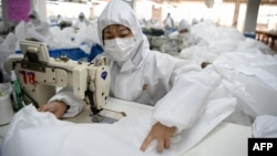 在浙江溫州一家工廠,工人在製作防護服。(2020年2月28日)