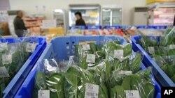 Rau xanh bán tại một hợp tác xã ở Nihonmatsu, quận Fukushima. Nhưng nhiều người trong vùng tránh mua rau cải của các nông trại gần đó mà mua rau được trồng ở nơi xa hơn