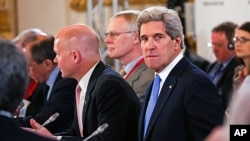 U.S. Secretary of State John Kerry (r) at the G8 meeting in London, April 11, 2013.