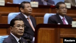 Prime Minister Hun Sen (L) attends a meeting at the National Assembly in central Phnom Penh, file photo.