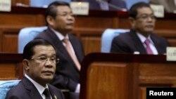 PM Kamboja Hun Sen (kiri) menghadiri rapat parlemen di Phnom Penh (24/9).