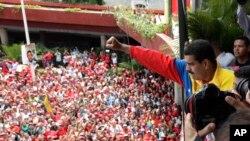 马杜罗在登记参选后向支持者挥手致意
