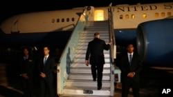 Держсекретар США Тіллерсон заходить у літак наприкінці свого турне до Африки