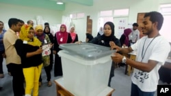Para petugas TPS menutup kotak pemilihan suara sebelum pemilu dimulai di Male, Maladewa (16/11). (AP/Sinan Hussain)