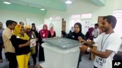 Petugas pemilu Maladewa menutup kotak suara sebelum dimulainya pemilu putaran kedua di Male (16/11).