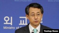 조태영 한국 외교부 대변인이 25일 외교부에서 비핵화 문제에 대한 취재진의 질문에 답변하고 있다.