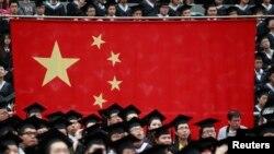 上海复旦大学毕业典礼上的中国国旗(2013年6月28日)