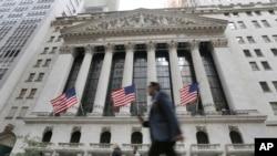 Un homme passe devant la bourse de New York, le 24 juin 2016