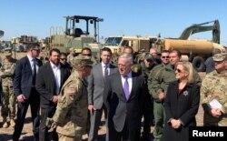 El Secretario de Defensa de Estados Unidos Jim Mattis y la secretaria de Seguridad Nacional Kirstjen Nielsen recorrieron el Campo Base Donna, en Texas. 14 de noviembre de 2018.
