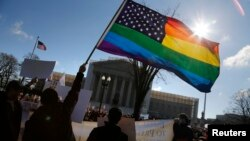 Các nhà hoạt động đồng tính giương lá cờ lục sắc trước Tòa án Tối cao Hoa Kỳ ở Washington.