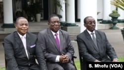 Le président Emmerson Mnangagwa au milieu de ses vice-présidents à la State House, à Harare, le 28 décembre 2017.