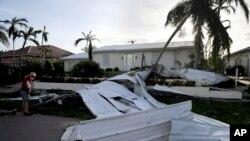 Atap-atap rumah warga berserakan diterbangkan oleh badai Irma di Marco Island, Florida, Senin (11/9).