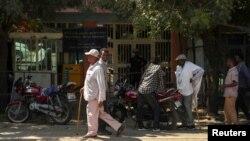 Des hommes marchent dans une rue de la ville de Dansha, dans la région du Tigray, en Éthiopie, le 9 novembre 2020. REUTERS / Tiksa Negeri
