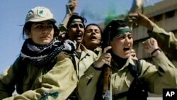 سوري جنګیالۍ تل خپلې کورنۍ یادوي خو واېې چې د خپلې خاروې لپاره مبارزه تر بل هر څه مهمه ده.